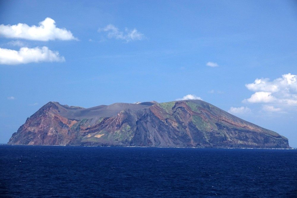鳥島 写真提供:ボニンブルーシマ