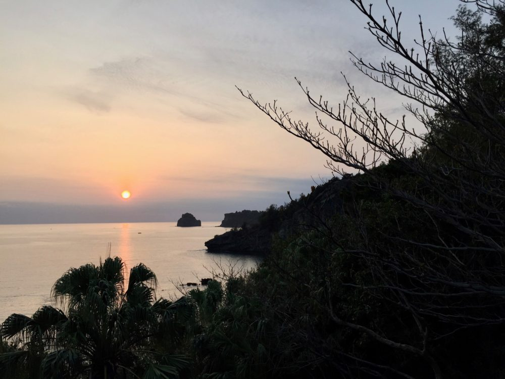 境浦からの夕日