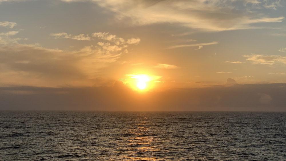 船内からの朝日